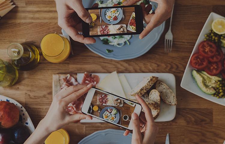 그릇에 담겨있는 배추김치, 총각김치, 오이소박이, 깍두기 이미지