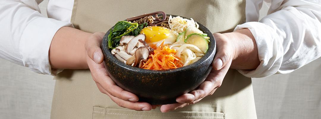 돌솥 하나에 전부 담겨 나오는 비빔밥 이미지